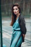 Manierportret van een mooi jong meisje op straat Stock Foto