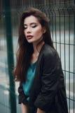 Manierportret van een mooi jong meisje op straat Stock Foto's