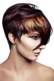 Manierportret van een mooi meisje met gekleurd geverft haar, professionele korte haarkleuring royalty-vrije stock afbeeldingen