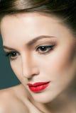 Manierportret van een mooie jonge vrouw met rode lippen Stock Afbeelding