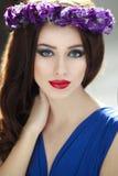 Manierportret van een schoonheids donkerbruine jonge vrouw met de kroon van de purpplebloem Het kapsel en Perfect maakt omhoog royalty-vrije stock foto