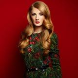 Manierportret van elegante vrouw met prachtig haar royalty-vrije stock foto's