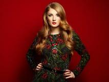 Manierportret van elegante vrouw met prachtig haar stock afbeeldingen