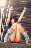 Manierportret van gelukkige sexy jonge vrouw openlucht Royalty-vrije Stock Afbeeldingen
