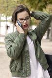 Manierportret van het jonge mooie vrouw spreken op celtelefoon Stock Foto