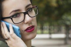 Manierportret van het jonge mooie vrouw spreken op celtelefoon Royalty-vrije Stock Afbeelding