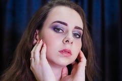 Manierportret van jonge mooie Kaukasische vrouw stock afbeelding