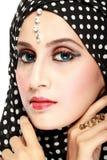 Manierportret van jonge mooie moslimvrouw met zwart litteken Royalty-vrije Stock Foto's