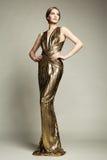 Manierportret van jonge mooie vrouw in gouden kleding Royalty-vrije Stock Fotografie
