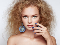 Manierportret van jonge mooie vrouw met elegant kapsel stock foto's