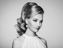 Manierportret van jonge mooie vrouw met elegant kapsel royalty-vrije stock foto's