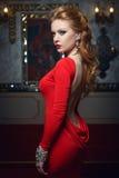 Manierportret van jonge prachtige vrouw in rode kleding Stock Afbeeldingen