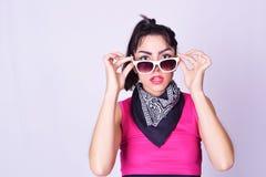 Manierportret van jonge vrouw met stedelijke stijl Royalty-vrije Stock Fotografie