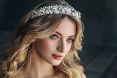 Manierportret van model met kroon op de metaalachtergrond Stock Afbeelding