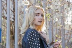 Manierportret van modieuze blondevrouw in toevallige de lenteuitrusting Stock Afbeelding