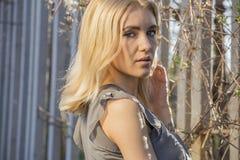 Manierportret van modieuze blondevrouw in toevallige de lenteuitrusting Royalty-vrije Stock Foto