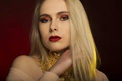 Manierportret van mooi blondemodel met rode lippen en gouden F Stock Fotografie