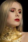 Manierportret van mooie blondevrouw met rode lippen en gouden F Stock Fotografie