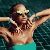 Manierportret van mooie vrouw in zonnebril - sluit omhoog Royalty-vrije Stock Afbeeldingen