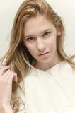 Manierportret van schitterende jonge vrouw Stock Foto