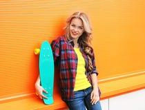 Manierportret van vrij jonge vrouw in rode geruite hipster Stock Fotografie