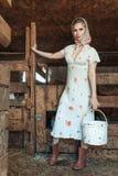 Maniervrouw in de schuur, op het landbouwbedrijf royalty-vrije stock afbeelding