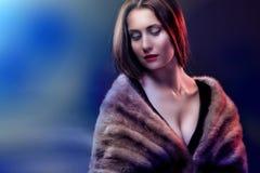 Maniervrouw die in bontjas dragen Royalty-vrije Stock Fotografie