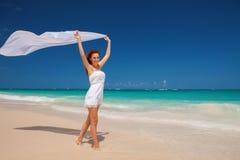 Maniervrouw die op het strand lopen Gelukkige Levensstijl Stock Afbeelding