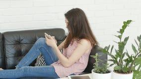 Maniervrouw die tablet gebruiken stock video