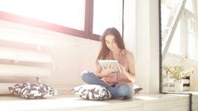 Maniervrouw die tablet met zonnestralen en lensgloed gebruiken stock footage