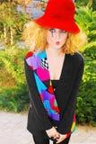 Maniervrouw in een rode hoed Stock Foto