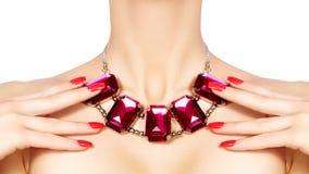 Maniervrouw met luxejuwelen Mooi meisje met heldere halsband Modieuze juwelen en toebehoren royalty-vrije stock afbeelding