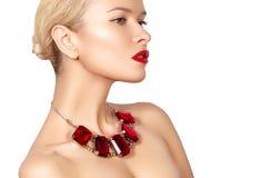 Maniervrouw met luxejuwelen Mooi meisje met heldere halsband Modieuze juwelen en toebehoren Stock Fotografie