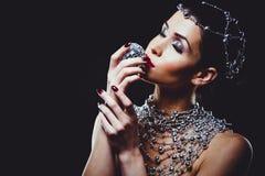 Maniervrouw met perfecte huid die dramatische make-up dragen stock afbeeldingen
