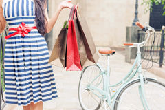 Maniervrouw met zakken en fiets, het winkelen reis aan Italië Stock Afbeeldingen