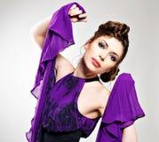 Maniervrouw in violette kleding met modieus kapsel Royalty-vrije Stock Afbeeldingen