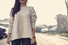 Maniervrouwen in naakte sweater royalty-vrije stock afbeeldingen