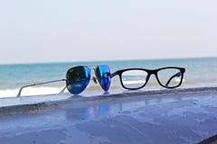Manierzonnebril op het strand royalty-vrije stock foto's