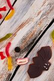 Maniez la batte les sucreries de biscuit et de gelée sur le fond en bois photographie stock
