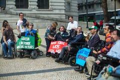 Manifest för oberoende liv marschen av rörelsehindrat folk som begär överensstämmelse med rätter när det gäller personlig hjälp, royaltyfri fotografi