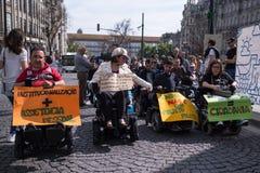 Manifest f?r unabh?ngiges Leben der Marsch von den Behindertern, die Befolgung der Rechte im Hinblick auf pers?nliche Unterst?tzu stockfotografie