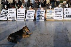 Manifestação sentada branca da máscara em Atenas Foto de Stock Royalty Free