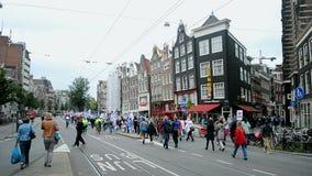 Manifestación roja del cuidado en el cuadrado de Damrak en Amsterdam, Países Bajos, almacen de metraje de vídeo