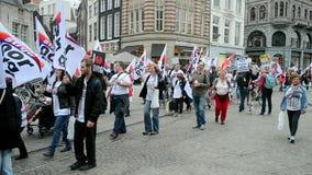 Manifestación roja del cuidado en el cuadrado de Damrak en Amsterdam, Países Bajos, almacen de video