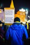 Manifestante con el mensaje en Bucarest, Rumania Imágenes de archivo libres de regalías