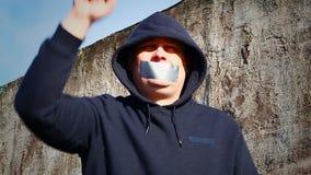 Manifestante con una cinta en una boca metrajes