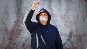 Manifestante con una cinta en una boca almacen de metraje de vídeo