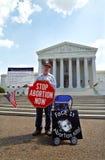 Manifestante del aborto en el Tribunal Supremo Imagen de archivo libre de regalías
