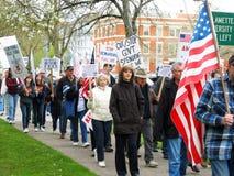 Manifestante en el gobierno sobre el gasto. Fotografía de archivo
