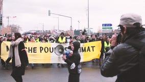 Manifestante en la calle cerrada en Estrasburgo, Francia almacen de video